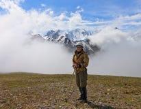 Een toerist op een achtergrond van bergen Stock Fotografie