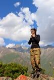 Een toerist op een achtergrond van bergen Stock Foto