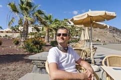 Een toerist rust in een elk koffiebar Royalty-vrije Stock Foto's