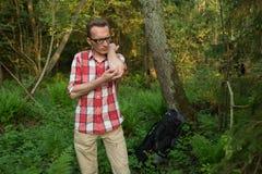 Een toerist verloor in het hout bestrijdend de muggen stock foto's