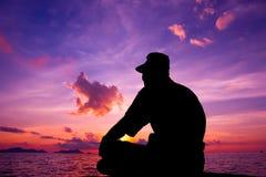 Een toerist wacht op de zonsopgang Stock Foto