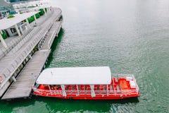 Een toeristenboot nadert de Loterijen Landend Plaats, op 24 Nov., 2018 in Singapore stock fotografie