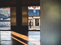 Een toeristenfotograaf die foto's in het Dorp van Namsangol nemen Hanok royalty-vrije stock afbeeldingen