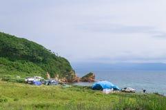Een toeristenkamp op de kust van de schilderachtige baai van Putyatin-Eiland in Primorsky Krai royalty-vrije stock foto's