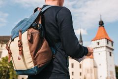 Een toeristenmens houdt een kaart in zijn hand en zoekt gezichten Het kasteel genoemd Blatna in de Tsjechische Republiek is binne Stock Afbeelding