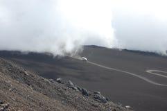 Een toeristenvrachtwagen komt uit de wolk te voorschijn Stock Afbeelding