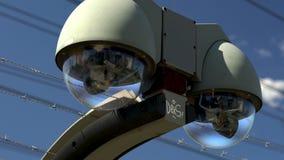 Een toezichtcamera let op het silhouet van een mens dichtbij de spoorlijn stock footage