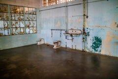 Een toiletgebied voor de gevangene binnen Alcatraz-Eiland stock foto