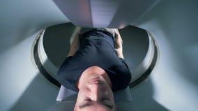 Een tomographic scanner die aan een persoon werken, sluit omhoog stock video