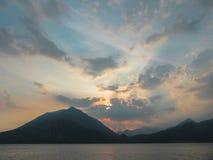 Een toneel bewolkte zonsondergang in de alpiene heuvels boven Lago Di Como, Lombardije, noordelijk Italië royalty-vrije stock foto