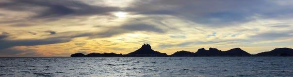Een Toneel Oceaanzonsondergangmening van Tetakawi-Berg en San Carlos, royalty-vrije stock foto