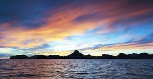 Een Toneel Oceaanzonsondergangmening van Tetakawi-Berg en San Carlos, stock afbeeldingen