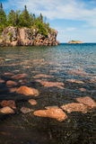 Een toneel zwart zand en een roze granietstrand op de het Noordenkust van Stock Foto