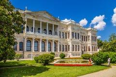 Een toneelmening van één van de gebouwen van het paleis van de Ottomanesultannen Dolmabahce en het park met een fontein Stock Foto