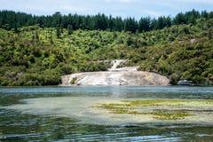 Een toneelmening van geothermische de valleiingang van Orakei Korako van Waikato-rivierveerboot Royalty-vrije Stock Foto
