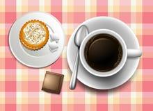 Een topview van een lijst met een koffie, koekje en een roomkan Stock Foto's