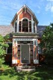 Een toren en een portiek met puntgevel van een oud huis van de 19de eeuw in historisch Sherbrooke-Dorp in Nova Scotia royalty-vrije stock foto's