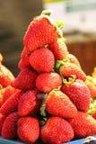 Een toren van aardbeien die voor verkoop worden getoond royalty-vrije stock foto's