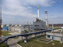 Een toren voor de productie van benzine Stock Afbeeldingen