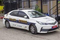 Een Toyota Corolla-auto in Politiemacht met hallo zichtlivrei buiten een politiebureau op het Onderstel van Olijven in Jeruzalem  royalty-vrije stock fotografie