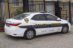 Een Toyota Corolla-auto in Politiemacht met hallo zichtlivrei buiten een politiebureau op het Onderstel van Olijven in Jeruzalem  royalty-vrije stock afbeelding