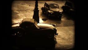 Een TR2 Triumph-sportwagen trekt vanaf de camera stock video