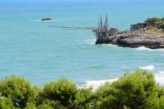 Een Trabucco op de kust van Gargano-penisula, Italië Royalty-vrije Stock Foto's