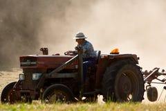 Een tractor die het hooi draait royalty-vrije stock foto