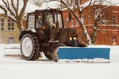 Een tractor met borstels verwijdert sneeuw op de piste Royalty-vrije Stock Foto's
