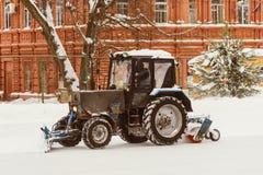 Een tractor met borstels verwijdert sneeuw op de piste Royalty-vrije Stock Foto