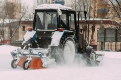 Een tractor met borstels verwijdert sneeuw op de piste Royalty-vrije Stock Fotografie