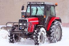 Een tractor in sneeuw Stock Afbeeldingen