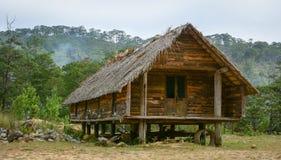 Een traditioneel blokhuis dat bij DA Hoai in Dalat, Vietnam wordt gevestigd Royalty-vrije Stock Foto's