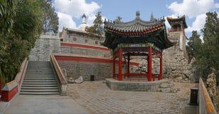 Een traditioneel Chinees paviljoen met de witte pagode op de achtergrond bij Beihai-Park Stock Afbeeldingen