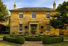 Een traditioneel, dubbel uitgezien op huis in cotswolds, Engeland, het Verenigd Koninkrijk Stock Afbeeldingen