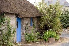 Een traditioneel met stro bedekt plattelandshuisje Stock Foto's