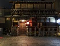 Een traditioneel oud Japans huis in Gion in Kyoto, Japan. Stock Afbeeldingen