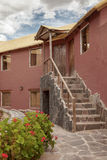 Een traditioneel uitstekend hotel in Chivay, Arequipa Peru met wolken Royalty-vrije Stock Afbeeldingen