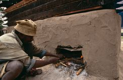 Een traditionele kleioven in Oeganda stock fotografie