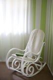 Een traditionele schommelstoel met deken en agenda Stock Foto's