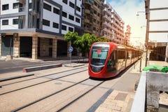 Een tram die de spoorweg in een zonnige dag doorgeven - Casablanca - Moro Stock Afbeeldingen
