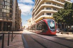 Een tram die de spoorweg in een zonnige dag doorgeven - Casablanca - Moro Royalty-vrije Stock Afbeeldingen