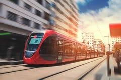 Een tram die de spoorweg in een zonnige dag doorgeven - Casablanca - Moro Royalty-vrije Stock Afbeelding