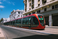 Een tram die spoorwegen doorgeven tussen oude gebouwen - Casablanca - Stock Fotografie