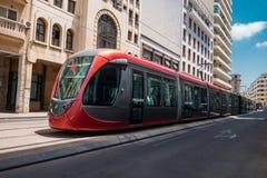Een tram die spoorwegen doorgeven tussen oude gebouwen - Casablanca - Stock Foto