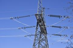 Een transmissietoren of van de machtstoren elektriciteitspyloon met pow Royalty-vrije Stock Foto's