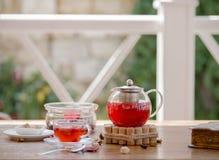 Een transparant ketelhoogtepunt van fruitige drank en een vakje van suikerkubussen op een houten lijst Theesamenstelling in in op Royalty-vrije Stock Fotografie