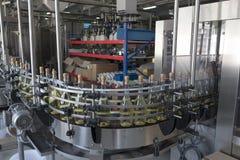 Een transportband voor de productie van mousserende wijn Stock Foto