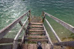 Een trap aan het water stock foto's