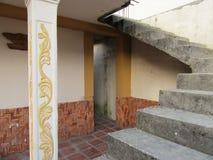 Een trap en een deuropening van een Venezolaans huis stock foto's